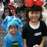 """ハロウィンパーティは子どもたちが大好きなイベントの一つ。 個性豊かな衣装に身を包んだ子どもたちの姿がとても愛らしいです♪ 九品仏・自由が丘エリアに出没するのは10月末。""""Trick or Treat!""""  """"Happy Halloween!""""と英語で練り歩いている子どもたちがいたら、きっとイングリッシュスタジオの生徒さん達(^^) 九品仏の商店街の方々にもご協力頂いている楽しいイベントです。"""