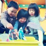 かわいい子どもたちの笑顔にあふれ、英語が飛び交う自由が丘の英語学校‐イングリッシュスタジオ。ボートを工作して水に浮かべる、という一連のレッスンと実験を全て英語で、しかも楽しくこなせる3歳の子どもたち、すごいですね(^^)