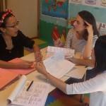 イングリッシュスタジオでは、日頃のコミュニケーションに加えて1学期に1、2度教師たちと個別ミーティングを実施します。ミーティングでは担当する子どもたち一人一人の英語の進度やクラスの状況報告、レッスン内容の吟味などしています。いかに子どもたちが楽しくやる気をもって英語で学習できるのか、アイディアを交わしています。 マネージャーの日本人スタッフと主任教師のChristinaは200名近い生徒全員の名前や性格、各クラスのレッスン状況を全て把握しています。保護者が安心して子どもを預けられるイングリッシュスタジオであり続けるため、今日も真剣に話しております。