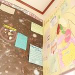 階段や廊下の壁には生徒たちの作品